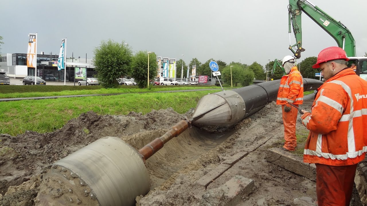 Pulling in a main sewer pipe ~ rioolbuis trekken