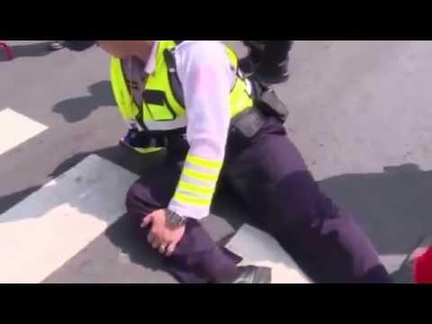 候選人機車撞警 壯警KO襲警男 全都錄--蘋果日報 20140915