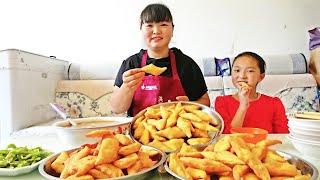 """红薯别煮着吃了,教你陕西做法""""红薯角角"""",配上粉汤太好吃了!【陕北霞姐】"""