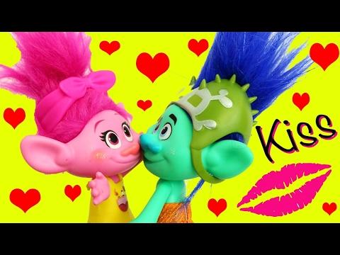 TROLLS POPPY & BRANCH 1ST KISS!!! Married Flashback To Dating + Poppy Kisses Creek Movie Doll Parody