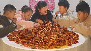 年夜饭猪肉最过瘾的做法,牙签一串下锅炸,孩子们齐忙活,一盆吃不够!【陕北霞姐】