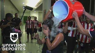 Los jugadores de Chivas 'bañaron' a Karina Herrera para festejar el título