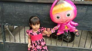 Vlog Fiona beli Balon Masha di acara nikahan