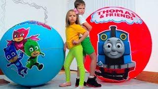 Download Дети не поделили игрушки Герои в Максах в огромных шарах / PJ masks Giant toy bolls surprise Video