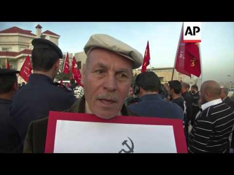 Activists protest against Obama's visit to Jordan, burn US flag