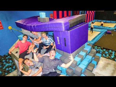 SUPER TRAMPOLINE PARK FOAM PIT MEGA FORT!!! (OVERNIGHT CHALLENGE)