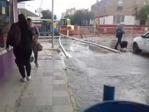 Caño roto en Av. Belgrano y Pellegrini