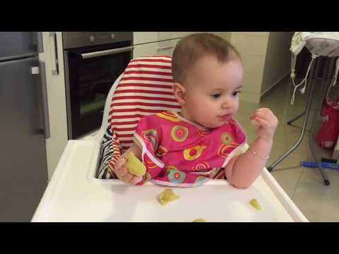 6 MONTH OLD BABY EATING APPLE AND PEAR - BLW WITH EMMI