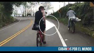Un campesino colombiano en bicicleta deja en ridículo a dos triatletas