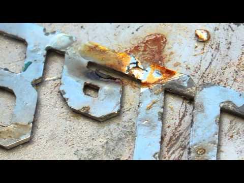 Un emblema Bell Boy se repara con una varilla Super Aleación 1 de reparación de metal blanco.