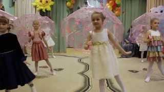 Детский танец под дождем с зонтиками Children dance in the rain with umbrellas