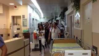 #x202b;אייל גולן שר לחיילים הפצועים בבית חולים סורוקה בבאר שבע#x202c;lrm;