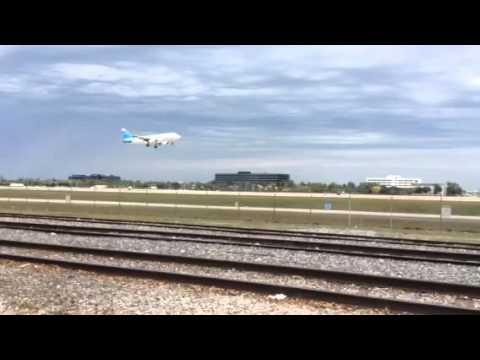 ARUBA AIRLINES LANDING IN MIAMI.