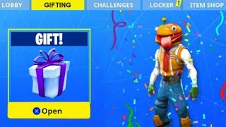 *NEW* GIFTING AN ITEM IN FORTNITE!! (Fortnite: Battle Royale)