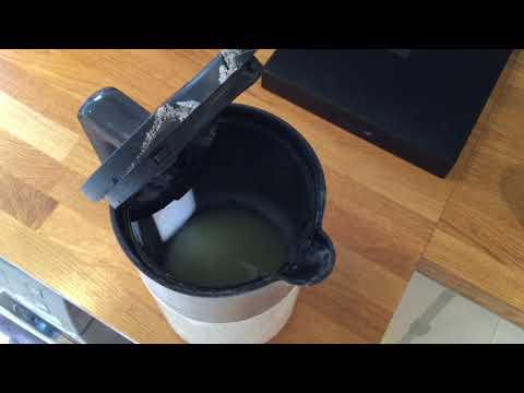 Descaling a kettle with lemon juice
