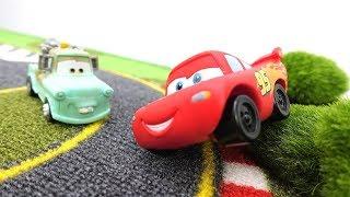 Spielzeugautos für Kinder 🚗 ⚡ Lightning McQueen lernt die Regeln 🏁 Lightning McQueen auf Deutsch