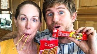 AMERİKALI ANNE VE OĞLU TÜRK ATIŞTIRMALIKLARINI DENİYOR!! 🇺🇸🇹🇷 Americans try Turkish Snacks!