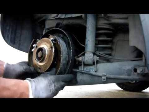Smart Car rear brake repair MC01 - bleeding cylinder