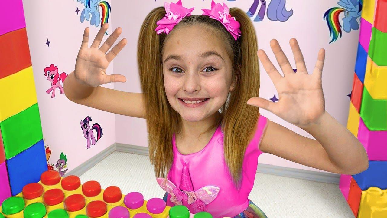 サーシャは職業のために新しい色のレゴプレイハウスで遊び、友達とおもちゃを共有することを学びます