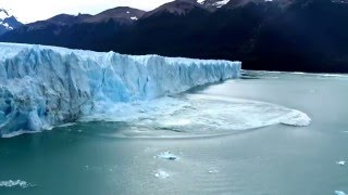 Massive wall of ice falls from glacier causing a tsunami-like wave - in HD