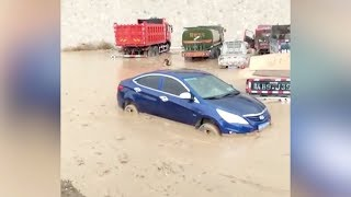 Cars swept away in heavy flood in northwest China