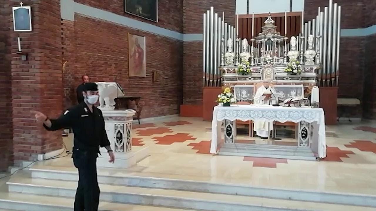 """Coronavirus, il prete non interrompe la messa all'arrivo dei carabinieri: """"È abuso di potere"""""""