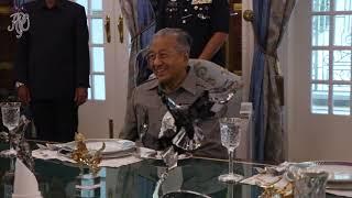 SULTAN IBRAHIM TERIMA MENGADAP TUN DR MAHATHIR