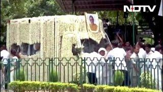 Download Congress मुख्यालय से निगम बोध घाट के लिए निकली Sheila Dikshit की अंतिम यात्रा Video
