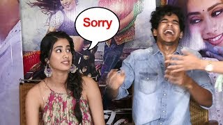 Jhanvi Kapoor's FUNNY Moment Dropping Reporters Mic Again & Again During Dhadak Movie Promotions