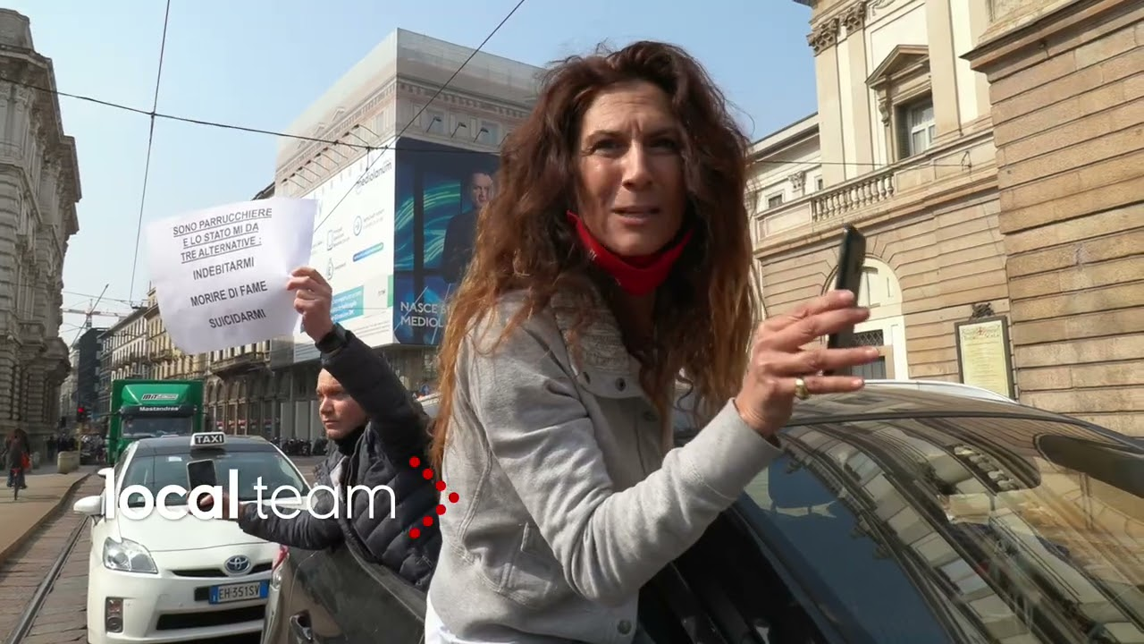 """Milano, la rabbia dei tassisti. Proteste contro Draghi: """"il governo non fa il suo dovere"""""""