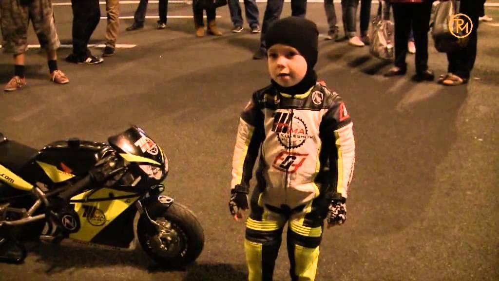 2-річний мотоцикліст Тіма Кулєшов трамбує зароблені гроші в багажник