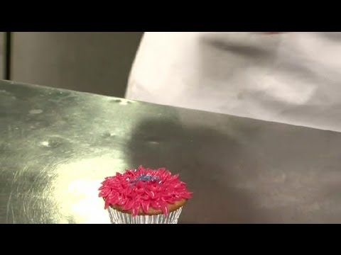 How to Make a Flower With Buttercream Icing on Top of Cupcakes : Cupcake Treats