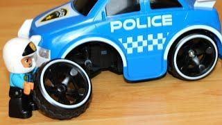 Полицейская машина прокалывает колесо во время погони Сеня играет в машинки игрушки