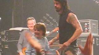 Dave Grohl saves kid at Them Crooked Vultures concert
