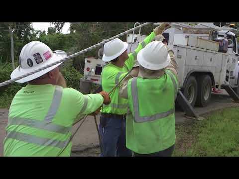APS sends volunteer linemen to help Puerto Ricans | Cronkite News