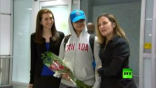#x202b;لحظة وصول الشابة السعودية رهف القنون إلى كندا بعد منحها اللجوء#x202c;lrm;