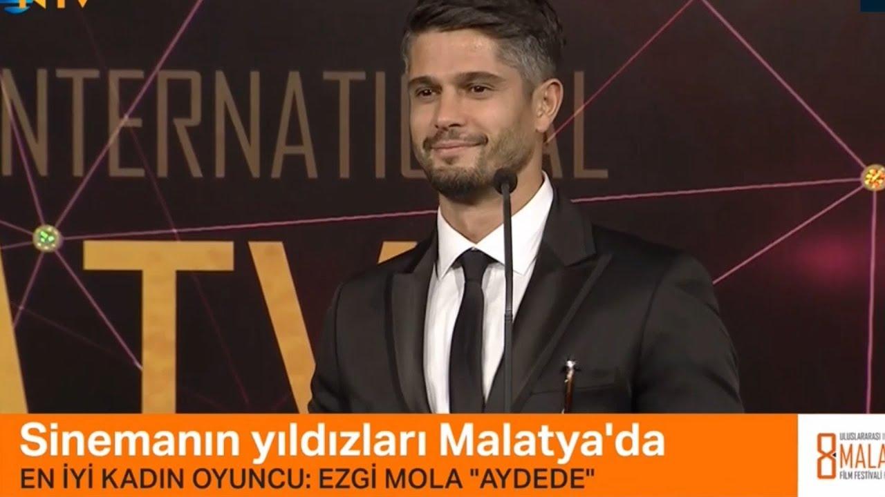 Haluk Piyes EZGİ MOLA'ya En İyi Kadın Oyuncu ödülünü takdim ediyor  (AYDEDE FİLMİ)