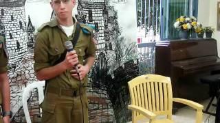#x202b;חיילים ומפקדים מעניקים שי לדיירי הבית#x202c;lrm;