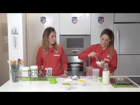 Esther González y Ángela Sosa preparan la receta de batido Herbalife