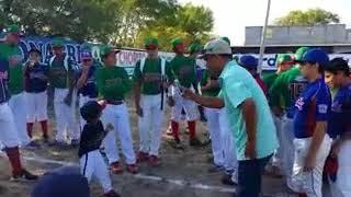 Gael canta para sus amigos del baseball