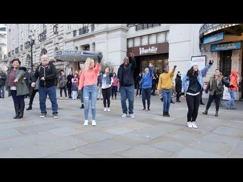 Beautiful Flash Mob Proposal in Piccadilly Circus, London!