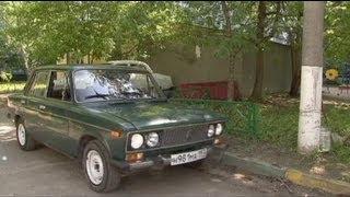 """http://fr.euronews.com/ Rusia dice adiós a un mito sobre ruedas, a esos 30 años de historia que cabalgaron sobre el robusto, austero y económico, Lada 2107, el último superviviente de la antaño próspera industria automovilística soviética.   En la época dorada, la ciudad industrial de Togliatti, llegó a producir hasta 700.000 de estos vehículos por año. """"Lo más atractivo de este coche es su precio, sobre todo porque lo compré de segunda mano. Es mucho más barato que cualquier coche importado. Y estaba en muy buen estado. Por ese precio es imposible comprar un coche importado"""", afirma un estudiante.    El Lada 2107 salió al mercado en 1980, como una versión mejorada del Lada 2101, que era a su vez una copia del FIAT 124. En principio estaba destinado al mercado soviético, pero en los 80 y 90 llegó a exportarse hasta el 60 por ciento de la producción. """"Todos los coches importados son iguales. Mírelos, son caros y pasan desapercibidos. Yo tengo un coche remarcable, un coche que siempre llama la atención"""", afirma una joven automovilista.   El símbolo de los LADA, que en ruso significa """"barco"""", es un drakkar vikingo, invencible y poderoso. Pero en Rusia corren malos tiempos para los símbolos de antaño. La sociedad está sedienta de novedades, sobre todo occidentales. Y Lada, aunque sigue sacando al mercado nuevos modelos, promocionados por el mismísimo Vladimir Putin, ha visto hundirse sus ventas un 76 por ciento en el primer trimestre de este año.  Síguenos: En YouTube: http://bit.ly/xjG7il  En Facebook: http://www.facebook.com/euronews.fans En Twitter: http://twitter.com/euronewses"""