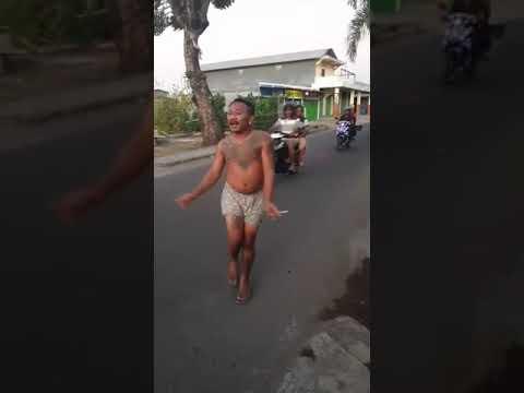 Xxx Mp4 Viral Lucu Sekali🤭 Orang Ini Joget Joget Di Tengah Jalan Sambil Telanjang😂😂😂 3gp Sex