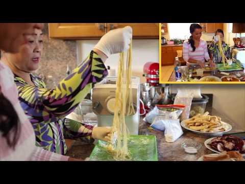 Học cách để làm mì tươi. How to make Small Egg Noodles from scratch with Co Maria Nguyen