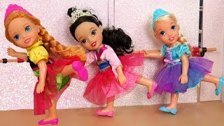 BALLERINA ! Elsa & Anna toddlers - Ballet Classes - One breaks the piano - Afraid of Dance lessons
