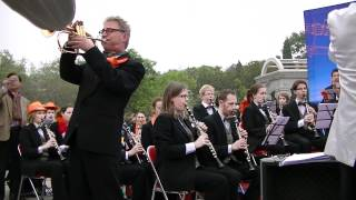 """De Koninklijke Harmoniekapel Delft o.l.v. Steven Walker speelt het nummer """"Sorry"""" van Kyteman, tijdens een buitenconcert in Tianjin, China. Solist: Jan van Putten."""