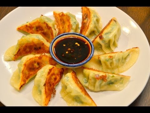 How to make Gyoza (Japanese Fried Dumplings) เกี๊ยวซ่าร้อนๆจ้า