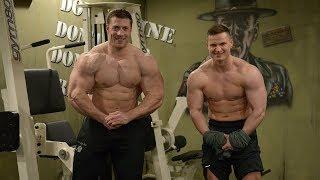 Gewichtheber beim Bodybuilding. Schultern mit Max & Tim