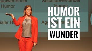 Humor lernen. Katrin Hansmeier verzaubert auf der Bühne. Deutsches Institut für Humor