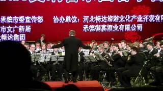 De Koninklijke Harmoniekapel Delft o.l.v. Steven Walker speelt Conga del Fuego Nuevo (A. Marquez) in ChengDe, China. 3 mei 2012.
